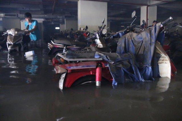 Hàng trăm xe máy sinh viên ĐH Quốc gia TP.HCM còn chìm trong hầm ngập nước - Ảnh: Ngọc Hiển
