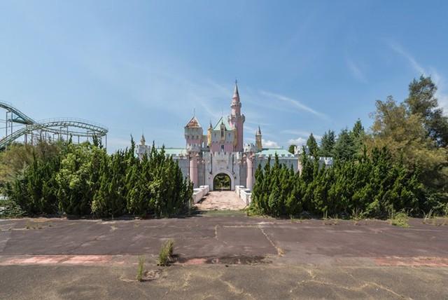 Công viên này được xây dựng phỏng theo Disneyland ở California, Mỹ. Đến giờ, Nara Dreamland vẫn giống như một khu nghỉ dưỡng của Disney, với lâu đài màu hồng tương tự lâu đài Cinderella nổi tiếng.