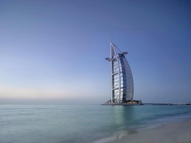 Khách sạn 7 sao duy nhất trên thế giới: Burj Al Arab được mệnh danh là khách sạn sang trọng nhất thế giới, với 202 phòng suites lộng lẫy, các tiện ích dành cho khách hàng như iPad dát vàng, nhân viên phục vụ riêng, bãi đáp trực thăng, xe Rolls Royce đưa đón… Ảnh: Business Insider.