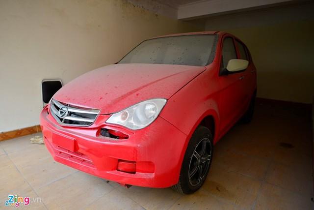 Ôtô của Vinaxuki sản xuất ra rồi để bụi phủ dầy khắp nơi do lâu không hoạt động. Ảnh: Lê Hiếu