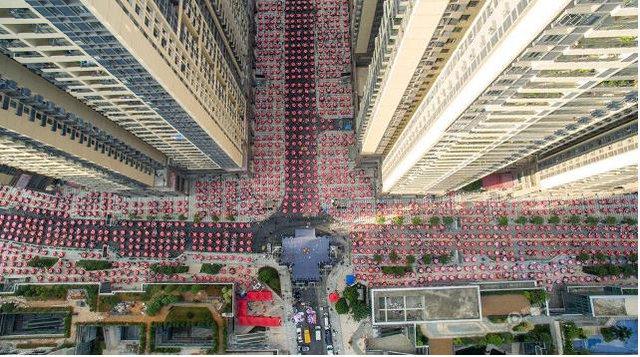 Bữa đại tiệc được tổ chức ngay tại ngã tư với 1.500 bàn ăn cho 15.000 người dân làng Dương Ki.