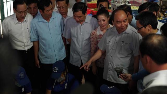 Thủ tướng Nguyễn Xuân Phúc kiểm tra các khâu tại bếp ăn - Ảnh: THUẬN THẮNG