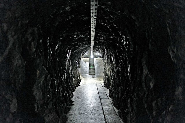 Một đường hầm dẫn đến kho vàng. Ảnh: Bloomberg.