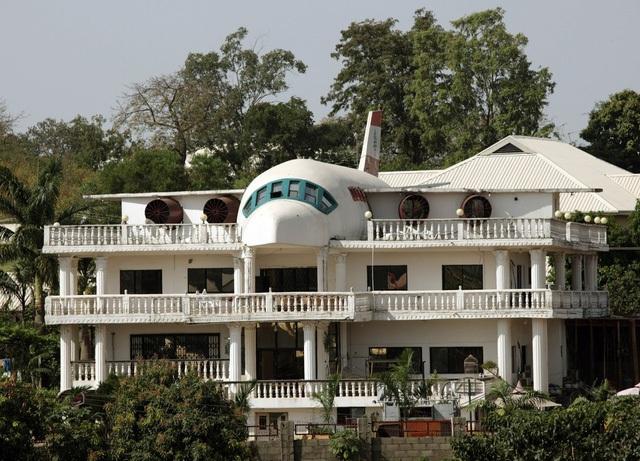 Những người thiết kế nên căn hộ ở Abuja, Nigeria này rất yêu thích du lịch, và họ đã cải tạo lại phần mái dinh thự của mình để nó giống hệt như một chiếc máy bay.