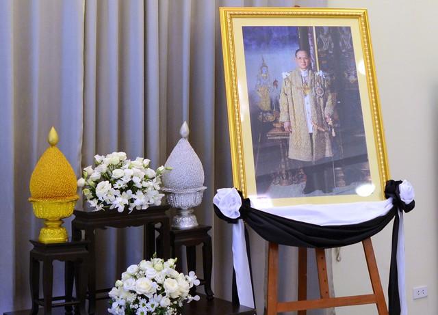 Bên trong sảnh lớn, di ảnh của Quốc vương Bhumibol được đặt trang nghiêm. Ông là vị vua được người dân Thái Lan yêu mến.