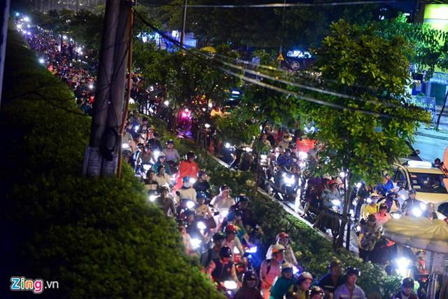 Xe cộ xếp hàng dài trên đường Nguyễn Hữu Thọ (đoạn từ ngã tư Nguyễn Thị Thập đến ngã tư Nguyễn Văn Linh)