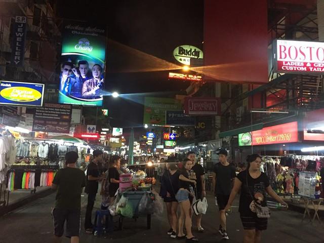 Phố đêm Khao San có lượng khách ít hơn so với những ngày thường vốn đông nghẹt người. Ảnh: CT.