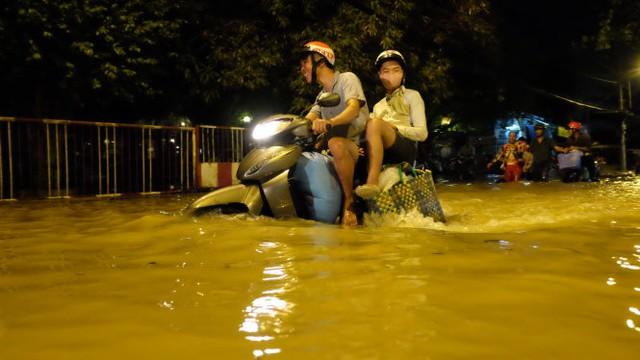 Nước dâng cao tại khu vực quận 7 - Ảnh: Hữu Thuận