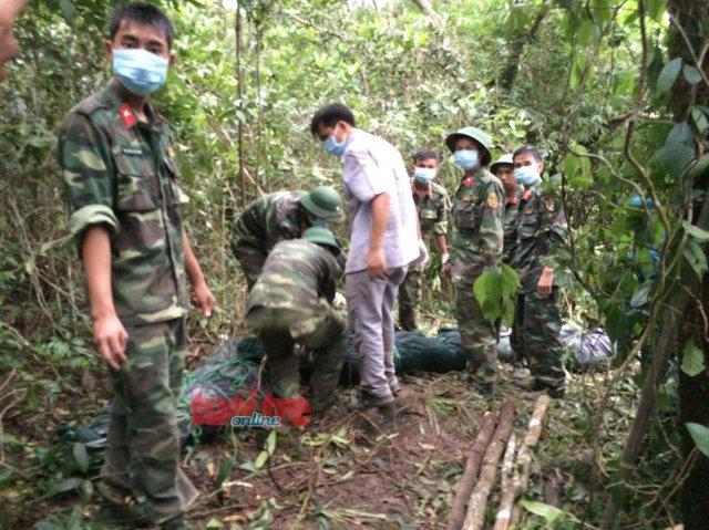 Các chiến sĩ bộ đội đã tìm thấy ba phi công hi sinh và chuẩn bị đưa thi thể các anh xuống núi - Ảnh: Đức Trong