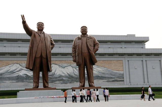 Tượng đài hai lãnh tụ Kim Nhật Thành và Kim Chính Nhật ở thủ đô Bình Nhưỡng - Ảnh: THÁI LỘC