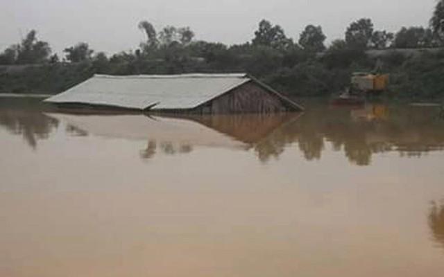 Các xã ở huyện Hương Khê (Hà Tĩnh) bị nước lũ chia cắt