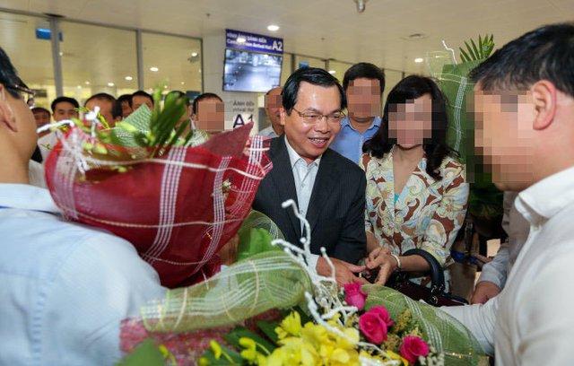 Ông Vũ Huy Hoàng được đón tại sân bay sau một chuyến công cán nước ngoài khi còn tại chức - Ảnh: V.DŨNG