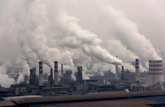 Các nhà máy thép ở Thiên An, Hà Bắc, Trung Quốc đua nhau nhả khói lên bầu trời. | ẢNH: XIAOLU CHU/GETTY IMAGE