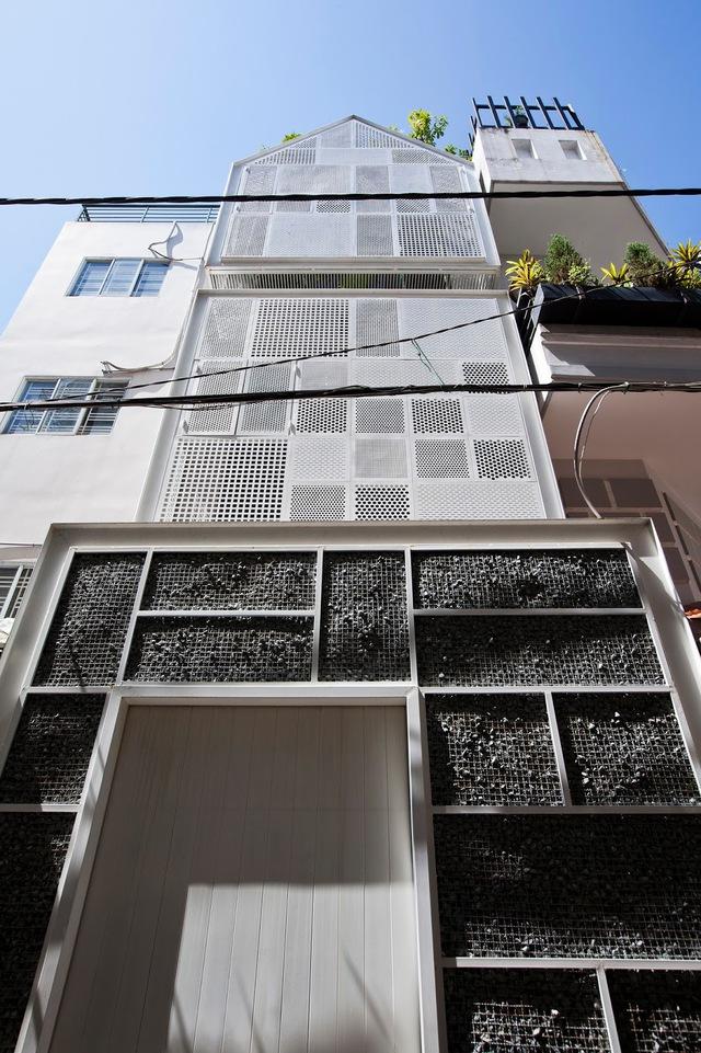 """Công trình có tên gọi """"3x10 House"""" với mặt tiền được thiết kế vô cùng lạ mắt."""
