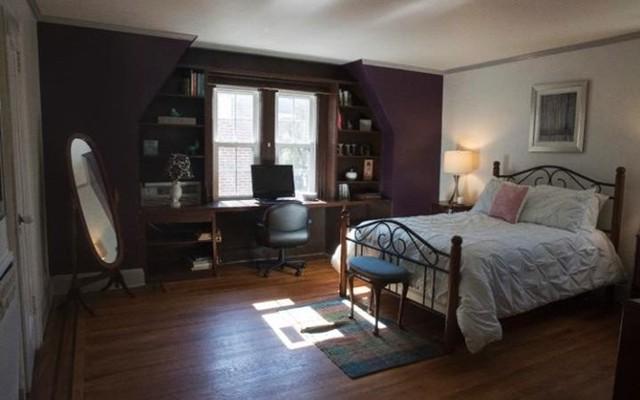 Một phòng ngủ trong ngôi nhà rộng hơn 300 m2. Ảnh: AP.