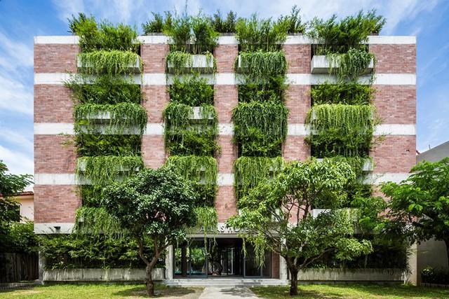 Atlas Hotel là một trong những khách sạn đầu tiên với kiểu kiến trúc độc đáo được tạo nên bởi không gian tràn ngập cây xanh.