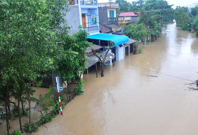 Nhiều khu dân cư ở các tỉnh Bình Định, Quảng Ngãi bị ngập sâu, chia cắt do lũ dâng cao. Ảnh: Minh Hoàng.