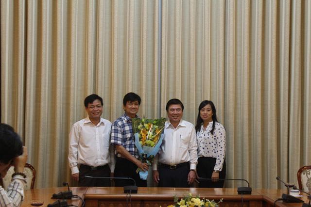 Ông Lê Thái Hỷ (thứ 2 từ trái sang) được nghỉ hưu để hưởng chế độ BHXH từ ngày 1-12-2016