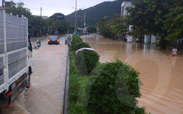 Nhiều tuyến đường ở TP Tuy Hòa ngập sâu. Ảnh: Báo Phú Yên