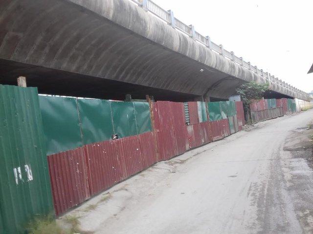 Hàng loạt các lều lán, cơ sở sản xuất được quây tôn và dựng lên ở chân cầu Vĩnh Tuy