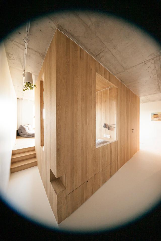 Điểm nổi bật nhất khi bước chân vào ngôi nhà này đó là hệ kệ gỗ lớn với nhiều phòng chức năng bên trong. Hệ kệ gỗ này đảm bảo cho căn hộ có không gian nghỉ ngơi, thư giãn, lưu trữ đồ gọn gàng và thoáng đãng.