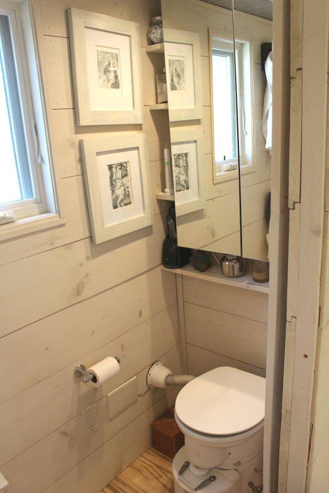 Nằm sâu bên trong là khu vực vệ sinh kín đáo luôn được đóng cửa. Góc nhỏ này cũng được gia chủ tận dụng những hốc tường để đồ và một chiếc giương lớn giúp nhân đôi diện tích.