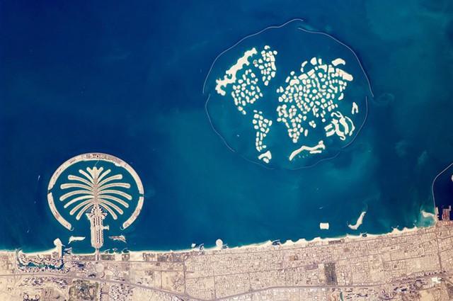 """Những quần đảo nhân tạo: Dubai đã nhập lượng cát đủ đổ đầy tòa nhà Empire State 2,5 lần để xây dựng quần đảo Palm. Được xem là """"Kỳ quan thứ 8 của thế giới"""", đây là quần đảo nhân tạo lớn nhất thế giới, với chi phí hoàn thiện 12,3 tỷ USD. Quần đảo The World mô phỏng bản đồ thế giới vẫn đang trong quá trình xây dựng. Ảnh: Business Insider."""