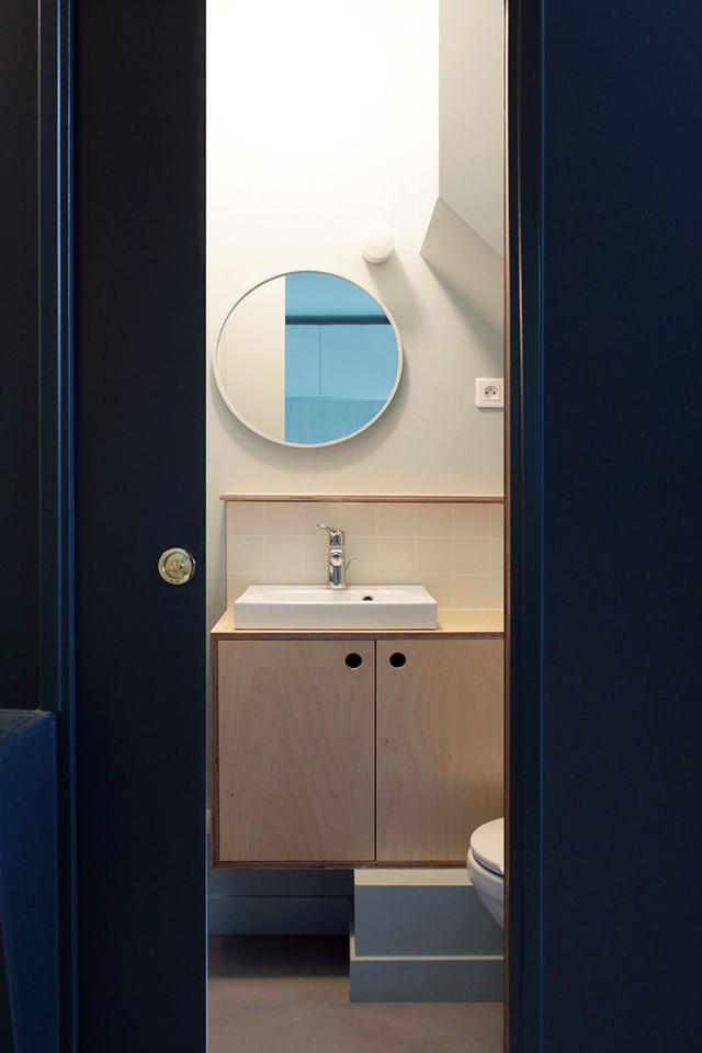 Nhà tắm tuy nhỏ nhưng được bố trí khá gọn gàng, ngăn nắp. Chiếc gương tròn ngay giữa trung tâm phòng tắm vừa có tác dụng trang trí, vừa khiến không gian nơi góc nhỏ này trở nên rộng hơn.