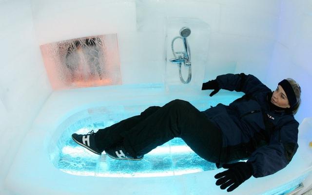 Tất cả những thứ trong nhà, từ bồn tắm cho đến những vật trang trí, đều được tạo nên từ gần 1000 tảng băng. Căn nhà thú vị này được xây dựng trong chương trình quảng cáo của ngân hàng ING vào năm 2005, và nó tan chảy chỉ sau vài ngày.