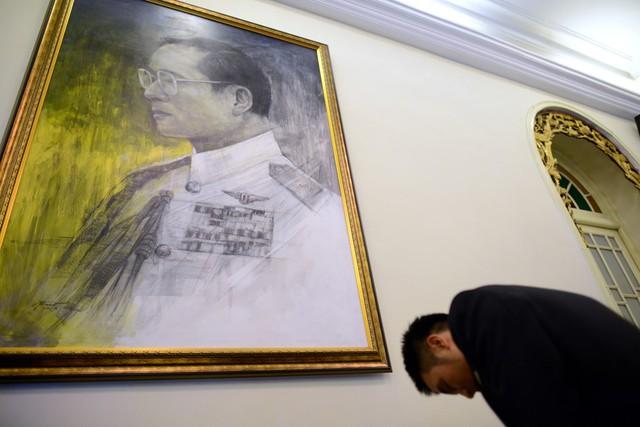 Sau khi viết sổ tang, mọi người đều nghiêm trang cúi mình trước chân dung của Đức vua Bhumibol rồi lặng lẽ quay ra.