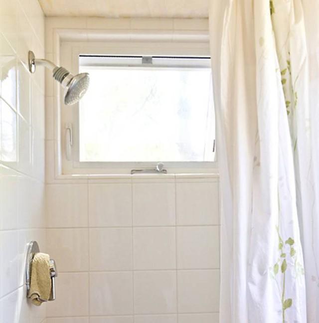 Khu vực nhà tắm được bố trí khéo léo và kín đáo bên trong khu vực bếp ăn.