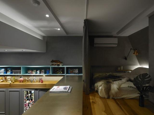 Trên gác xép là phòng ngủ rộng thoáng cùng góc làm việc với chiếc bàn kéo dài theo chiều ngang của ngôi nhà.
