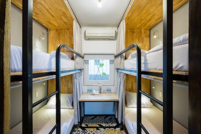 Trên mỗi giường đều có rèm kéo, đèn chiếu sáng cá nhân và móc treo đồ. Trong ảnh là phòng cho 4 người.