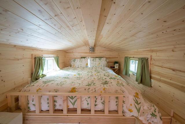 Trên gác xép là phòng ngủ thoáng sáng dành cho 2 người.