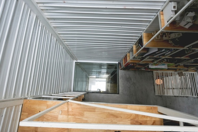 Đi kèm những khoảng kính cường lực và phần sàn dạng thanh mang đến cho không gian ngôi nhà sự thoáng đãng.