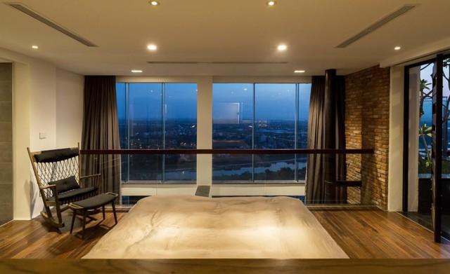 Phòng ngủ thoáng rộng với toàn bộ sàn nhà được lát gỗ.