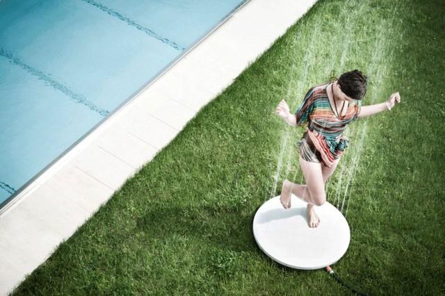 Hay bạn cũng có thể sắm cho góc sân nhà mình một vòi sen độc đáo phun những dòng nước nhỏ li ti từ dưới lên thế này.