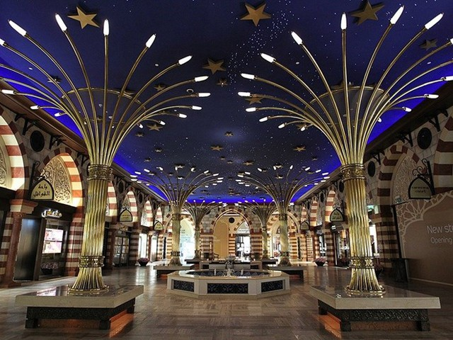 Siêu thị mua sắm lớn nhất thế giới: Với diện tích hơn 548.000 m2, Dubai Mall là siêu thị mua sắm lớn nhất thế giới. Dubai Mall có hơn 1.200 cửa hàng, 22 rạp chiếu phim, bản sao phố Regent nổi tiếng của London (Anh), bể thủy sinh khổng lồ và sân trượt băng tiêu chuẩn Olympic. Đây cũng là một trong những địa điểm mua sắm đông khách nhất thế giới, thu hút lượng khách kỷ lục 80 triệu người vào năm 2014. Ảnh: Business Insider.