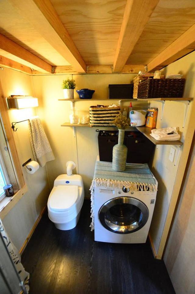 Mọi góc nhỏ trong nhà vệ sinh cũng được tận dụng một cách tối đa để chứa đồ.