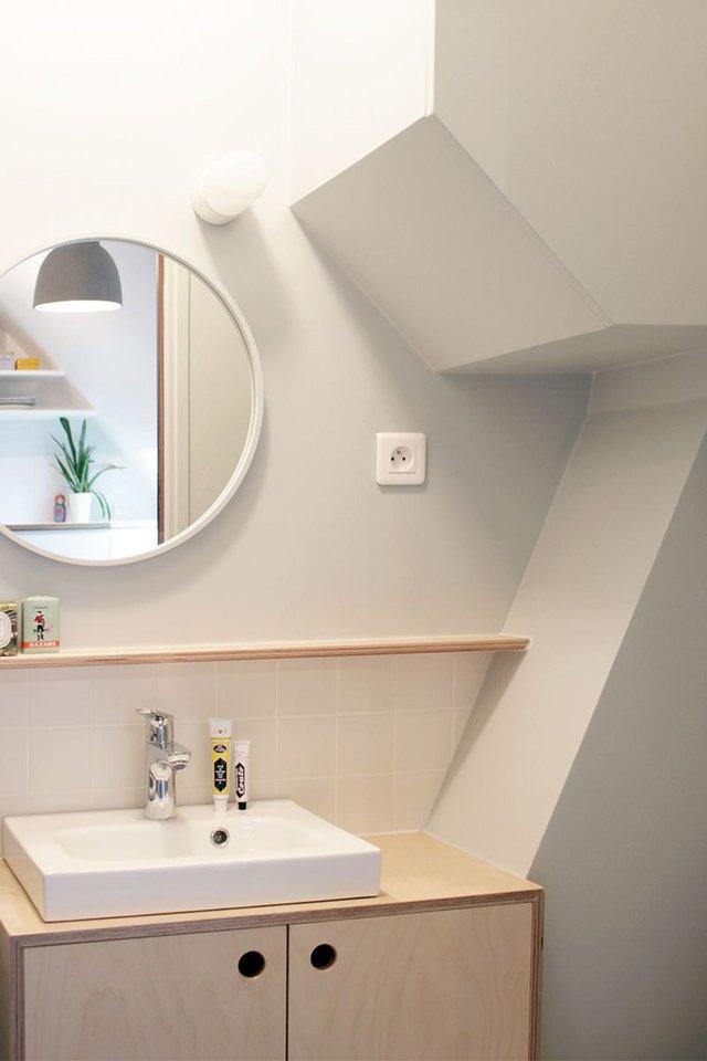 Nhà tắm cũng được lắp đặt hệ thống tủ kệ để đồ vô cùng sạch sẽ và tiện dụng.