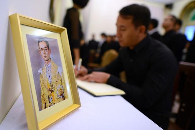 Vua Bhumibol Adulyadej được nhân dân coi là một vị thánh sống bởi những cống hiến không ngừng nghỉ của ông dành cho đất nước. Họ gọi ông bằng nhiều cái tên trìu mến nhưng không kém phần ngưỡng vọng: Vị chúa ngự phía trên chúng con, Vua của nhân dân… Sự tôn kính này không bắt nguồn từ điều gì bí ẩn hay chịu sự tác động của một thế lực nào, mà từ chính thực tế đời sống.