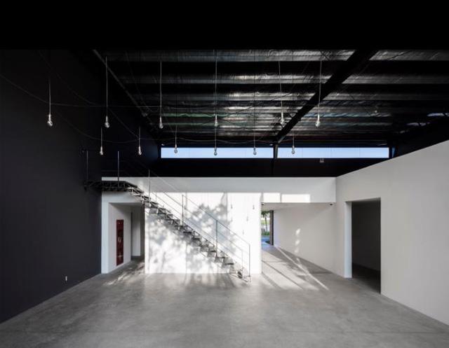 Nhờ thiết kế thông minh từ phần mái cùng hệ thống cửa kính xung quanh nên mọi ngóc ngách trong nhà máy nơi đâu cũng tràn ngập ánh sáng tự nhiên. Điều này cũng góp phần không nhỏ nhằm tiết kiệm điện năng cho toàn bộ khu nhà.