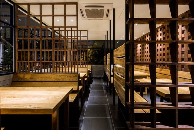 photo 11 1478510894695 Ngắm nhìn cận cảnh nhà hàng có nội thất gỗ độc đáo ở TP. HCM