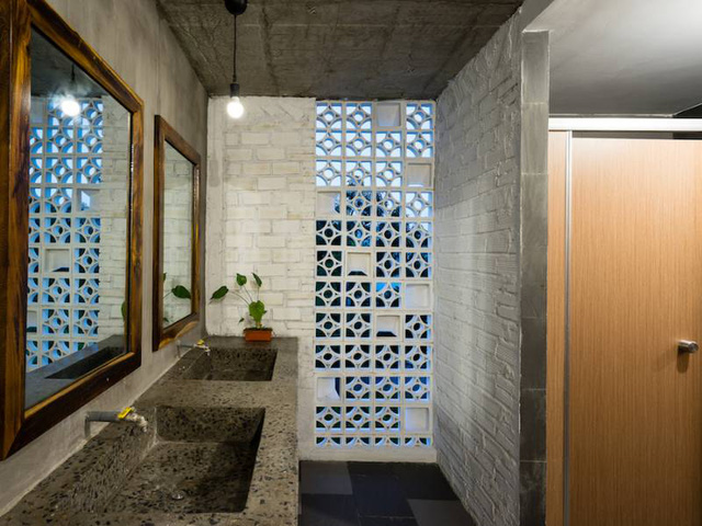 Khu vệ sinh thoáng sáng, tiện nghi và hiện đại.