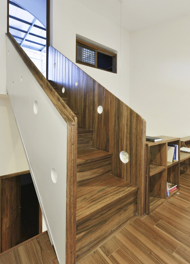 Cầu thang dẫn lên sân thượng, nơi có khoảng sân để cả nhà thư giãn.