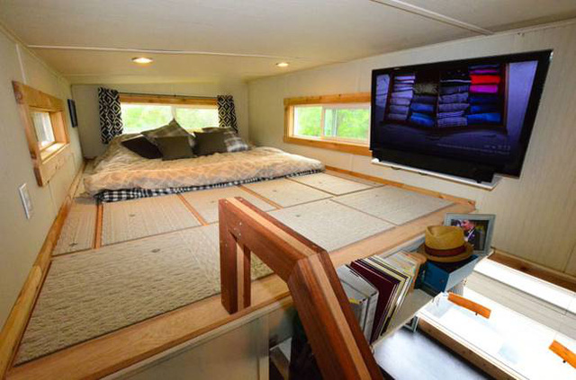 Khu vực nghỉ ngơi riêng tư của chủ nhà được đưa lên gác xép. Nơi đây vừa là chỗ ngủ nhưng cũng là góc thư giãn với chiếc ti vi gắn tường.