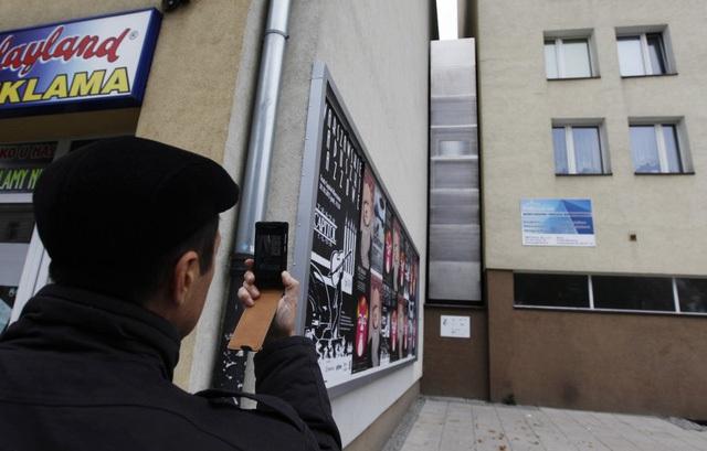 Một trong những căn nhà hẹp nhất thế giới đang nằm tại Warsaw, Ba Lan. Được thiết kế bởi nhà văn Etgar Keret, điểm hẹp nhất của nó chỉ có bề ngang 91cm.