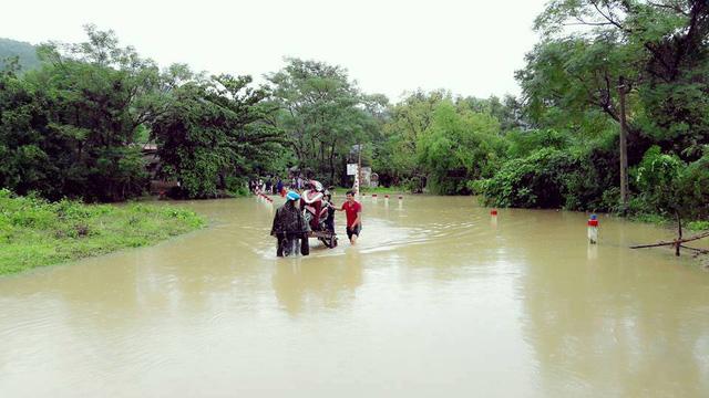 Người dân tất bật di dời tài sản để đi trú ẩn tại xã Triệu Nguyên