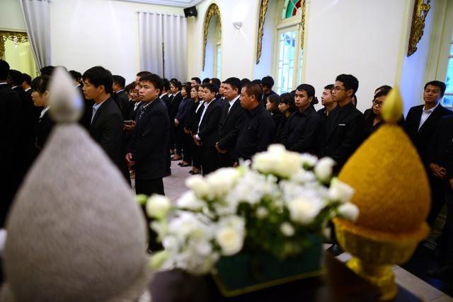 Đoàn người từ khi đứng xếp hàng ngoài cổng cho đến khi hành lễ và ghi sổ tang đều nghiêm trang, ngay ngắn và có trật tự với một không khí thành kính.