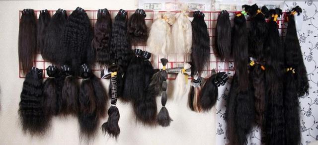 Mẫu mã và màu sắc đa dạng của tóc giả, tóc nối.